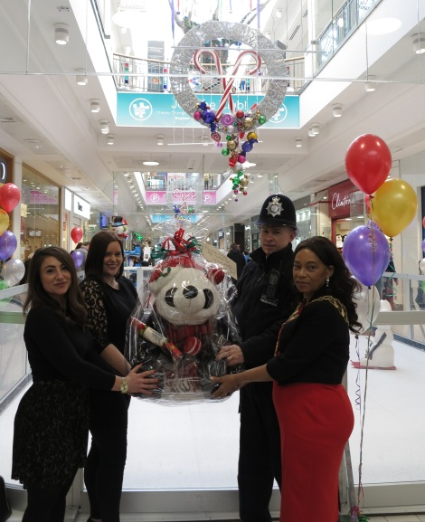 mayor-of-merton-handing-over-auction-panda-to-centre-court-better